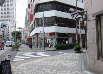 「ホテルストリックス東京」、「NTTドコモショップ」があるのでその間の道を右折してください。