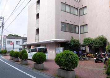 途中、道幅が狭くなりますが、道なりに進むと、右手に「関野病院」(ピンク色の建物)が見えてきます。