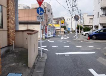 十字路に差し掛かりますが、道なりにまっすぐ進んでください。