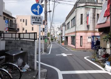 正面に「東京日建工科専門学校」が見えてきたら、その交差点を左折します。